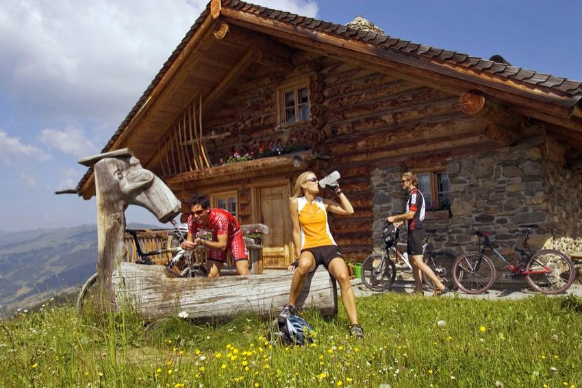 Hüttengaudi mit dem Verein in der Nähe des Young Generation Resorts Buchegg